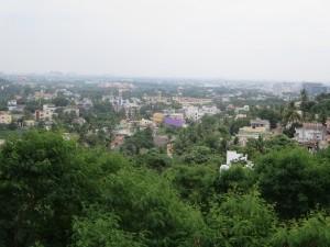 Blick vom Berg auf Vororte von Chennai