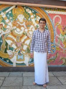 Ich im Dothi vor einem Wandbild von Krishna