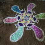 Kolam im Kinderheim, Motiv 'Pfau'