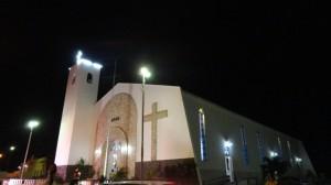 Die Kirche bei abendlicher Dunkelheit.