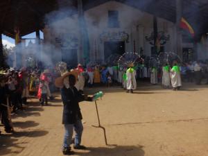 La Gran Fiesta, Szene vor der Kirche mit Achu, im Hintergrund Macheteros