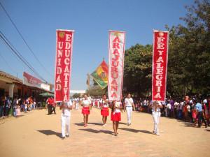 Schülerinnen und Schüler der Fe y Alegría bei der Parade