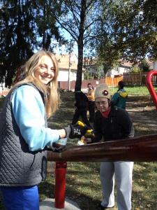 Meine Kollegin Emöke und Anna beim Streichen