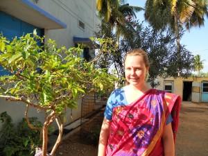 Ich im Sari, im Hof des Pfarrhauses