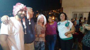 Ich (Mitte) mit Freunden auf einer Hausparty. Es war so schön zu sehen, wie alle Generationen gemeinsam getanzt und gefeiert haben.