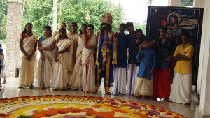Das Onam Fest ,die Mädchen sind im traditionellen weißen Saree, die Jungs in Munte Tüchern. Davor liegt der riesige Blumenteppich.
