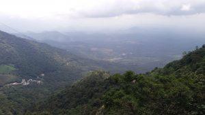Am Aussichtspunkt ,nähe Wayanad. Eine Kurvenreiche Straße führt von ganz unten bis in die Berge.